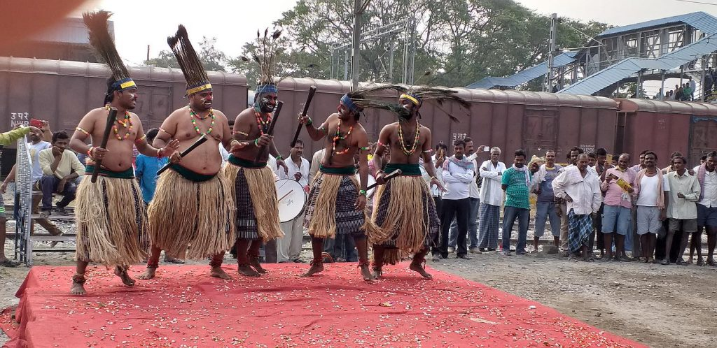 Trommler und eine bunte Tanzgruppe begrüßten die einzelnen Reisenden
