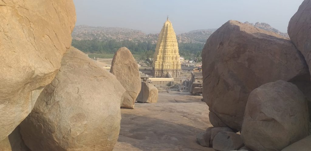 Sicht auf den Sri Virupaksha Temple in Hampi