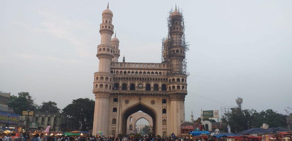 Das Charminar ist ein Torbau in der mittelindischen Stadt Hyderabad.